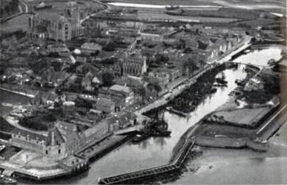 Veere met vissershaven 1960, foto Aerocamera